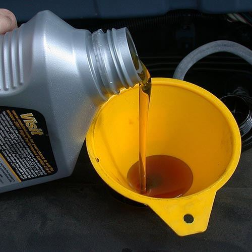 Motor_oil_refill_with_funnel_Sq